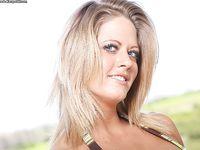 Сиськастая спортивная блондинка с голубыми глазами Holly Heart