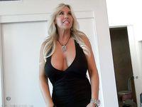 Стройная американская мамочка с большой грудью Sandra Otterson