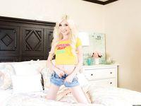 Миниатюрная молодая блондинка с карими глазами и тату Piper Perri