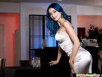 Голубоглазая сиськастая девчонка с голубыми волосами Jewelz Blu