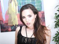 Татуированная молодая шатенка любительница пирсинга Kristy Black