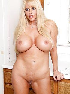 Пышногрудая голубоглазая дама со светлыми волосами Karen Fisher