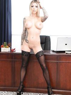 Сиськастая американская блондинка с татуированным телом Karma Rx