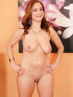 Сексуальная рыжая мамочка с большой натуральной грудью Jessica Red