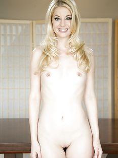 Красивая голубоглазая блондинка с маленькой грудью Charlotte Stokely