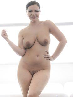 Пышная чешская девушка с огромными натуральными сиськами Sofia Lee