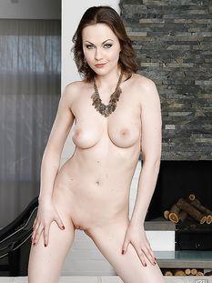 Сексуальная зрелая шатенка с большими натуральными сиськами Tina Kay