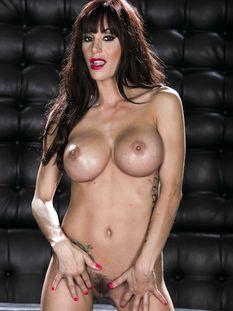 Рыжеволосая сиськастая женщина с татуированным телом Gia DiMarco