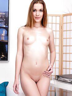 Красивая кареглазая девка с длинными светлыми волосами Alexis Crystal