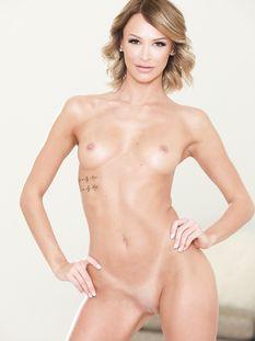 Красивая молодая блондинка с карими глазами и татуировками Emma Hix
