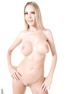 Голубоглазая молодая блондинка с большой грудью Florane Russell
