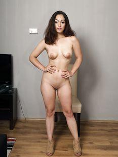 Симпатичная кареглазая девушка с каштановыми волосами Ginebra Bellucci
