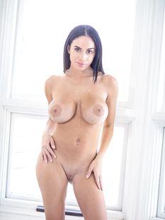 Горячая кареглазая латинская брюнетка с большой грудью Victoria June
