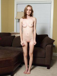 Молодая голубоглазая худышка со светлыми волосами Alicia Williams