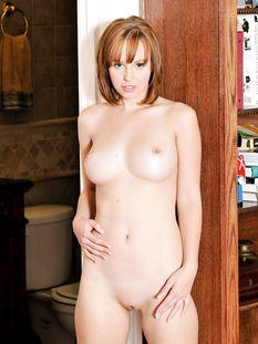 Рыжая голубоглазая девка с большой натуральной грудью Hayden Winters