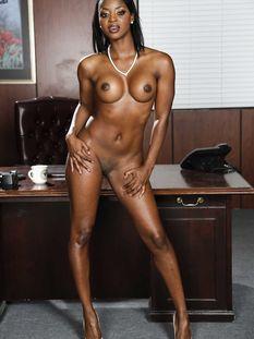 Темнокожая женщина с большой грудью и стройной фигурой Jasmine Webb