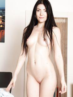Улыбчивая кареглазая девчонка с длинными тёмными волосами Mia Evans