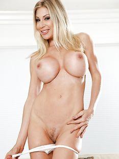 Высокая шведская блондинка с большими сиськами Puma Swede