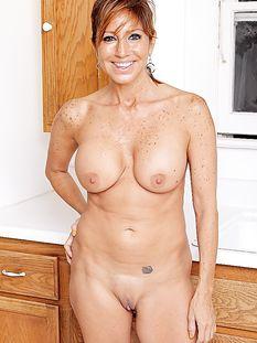 Знойная латиноамериканская дамочка с большой грудью Tara Holiday
