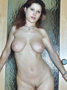 Грудастая русская девушка Ольга показывает своё красивое тело