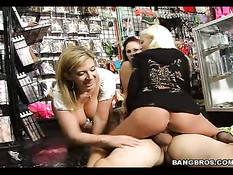 Верховая езда трёх секси кисок в магазине