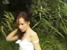 Брюнетка позирует в открытом поле
