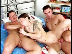 Татуированная девчонка удовлетворяет двух парней