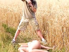 Красивая сисястая малышка в поле