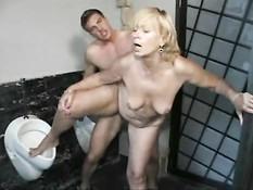 Секс с немецкой уборщицей в туалете