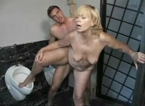 современном секс в с уборщицей в мужском туалете может делать минет