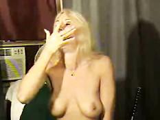 Женщина делает глубокий заглот колбасы в рот