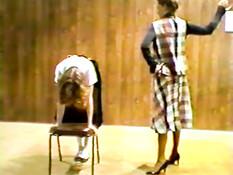 Провинившуюся девушку порют плетью по попе