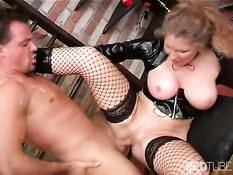 Пожилая госпожа использует для секса своего раба