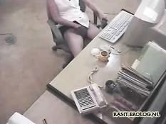 Она любит мастурбировать в офисе