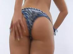Девушка показывает своё великолепное тело