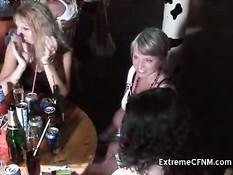 Девчонки весело сосут члены на вечеринке в клубе