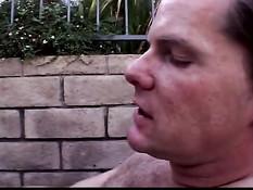 Парочка занимается оральным сексом во дворе