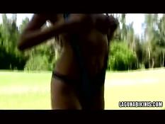 Девка в сексуальном купальнике отсасывает на улице