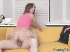 Секс со студенткой брюнеткой на диване