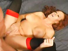 Рыжая женщина выебанна в задницу