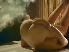 Девушка показывает курение влагалищем
