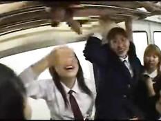 Окруженный японскими девочками в метро