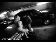 Пару поймали за занятием сексом на парковке
