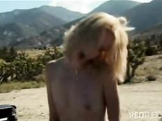 Романтичный секс в пустыне на пикапе машины