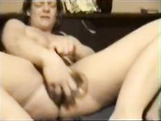 Женщина расширяет свою пизду секс игрушками