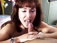 Рыжая женщина красиво сосёт и даёт себя трахнуть