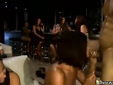 Большой член у участника секс вечеринки молодёжи