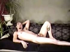 Горячий парень Крис позирует голышом на диване
