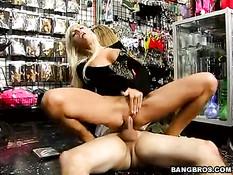 Групповая ебля в эротическом магазине