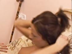 Две девушки ласкаются на кровати